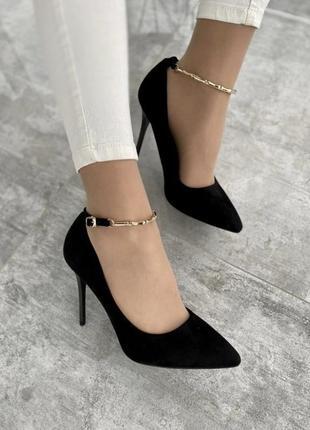 Чорні туфлі з еко-замші на шпильці з золотистим ремінцем🔥
