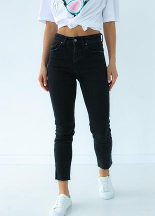 Приталенные джинсы с необработанным краем