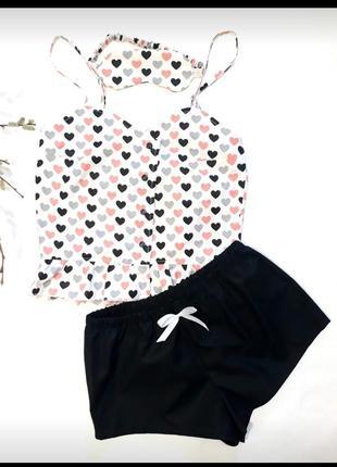 Пижама: майка и шорты.