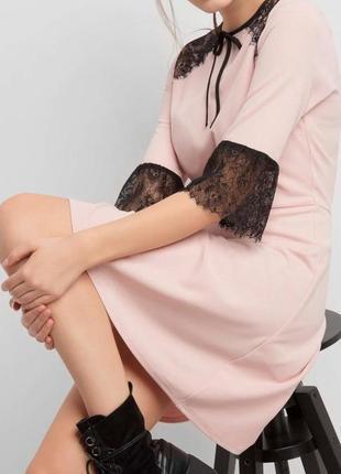 Нежное пудровое платье с оригинальной  отделкой из кружева