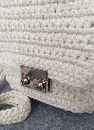 Белая маленькая сумочка с длинной ручкой