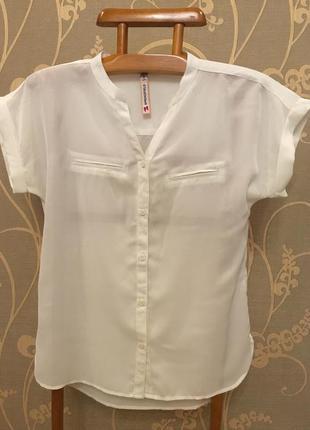 Очень красивая и стильная брендовая блузка светлого цвета.