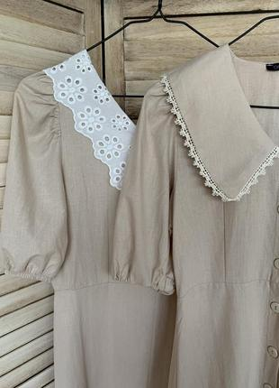 Трендовое платье с воротничком