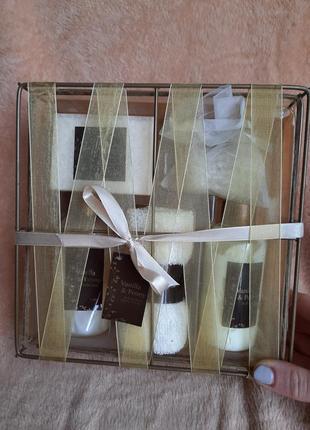 Подарочный набор для душа и ванной ваниль и пион vanilla & peony bath and body крем гель для душа лосьон для тела мыло соль полотенце