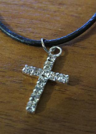 Крестик крест с камнями горный хрусталь на кожанном шнурке
