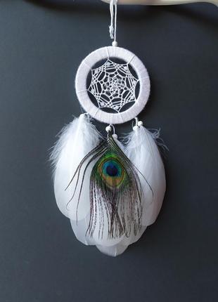 Белоснежный ловец снов с пером павлина. оригинальный подарок