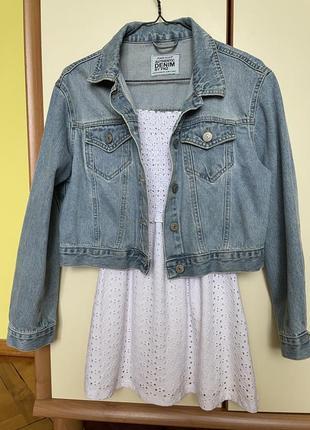 Стильна вкорочена джинслва куртка