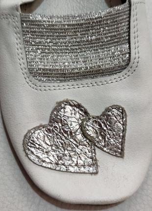 Белые кожаные чешки с сердечками р. 16,53 фото