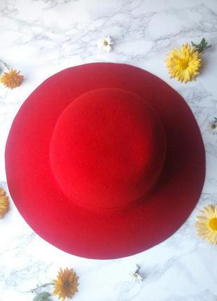 Шикарная широкополая крастная шляпа.