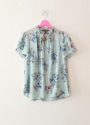 Лёгкая свободная воздушная блуза в цветочный принт с брошкой
