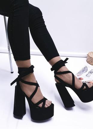 Босоножки на высоком каблуке с завязками вокруг ноги
