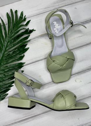 Кожаные босоножки фисташкового цвета на каблуке 3 см