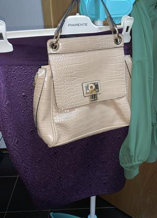 Бежевая лаковая сумка брендовая