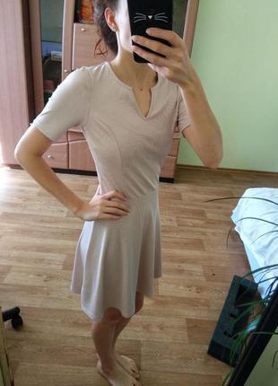 Удобное пудровое платье в рубчик