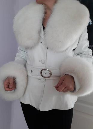 Шикарная белая кожаная куртка с  мехом песца