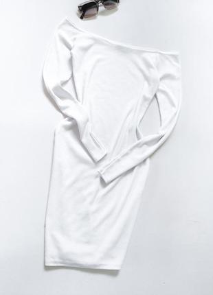 Очень красивое и стильное платье в рубчик белое с открытыми плечами