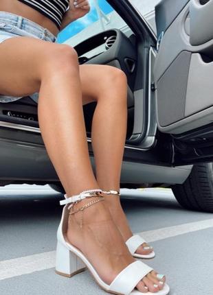 Боссоножки сандали с ремешком на каблуке белые