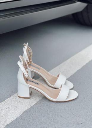 Боссоножки сандали с ремешком на каблуке белые5 фото