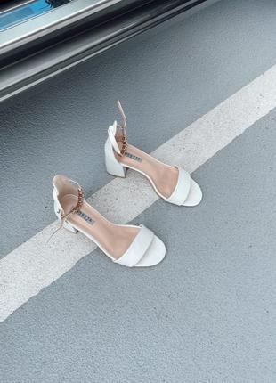 Боссоножки сандали с ремешком на каблуке белые6 фото