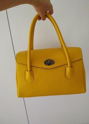 Стильна,жовта сумочка.