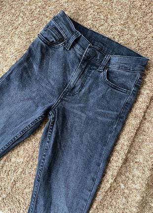 Чёрные джинсы в обтяжку