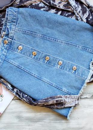 Актуальная джинсовая юбочка на пуговках с бахромой denim co