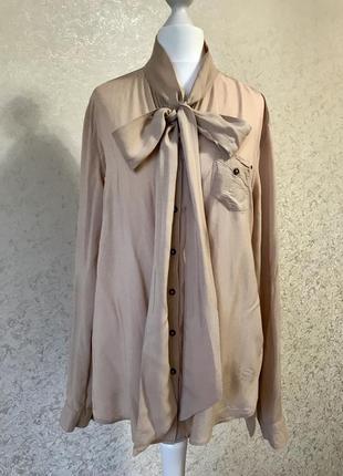 Нежная бежевая блуза с завязками бантом