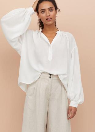 Белая удлиненная оверсайз рубашка с широкими воздушными рукавами