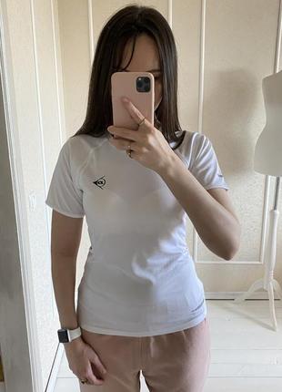 Спортивная белоснежная футболка красиво облегающая тело dunlop dport