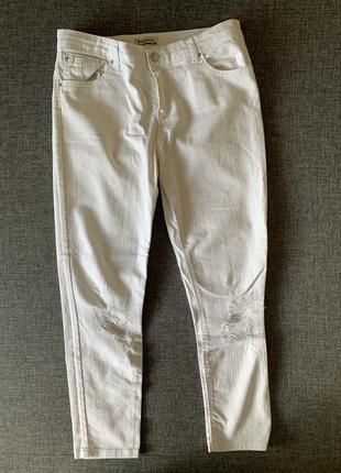 Белые джинсы, рваные колени stradivarius