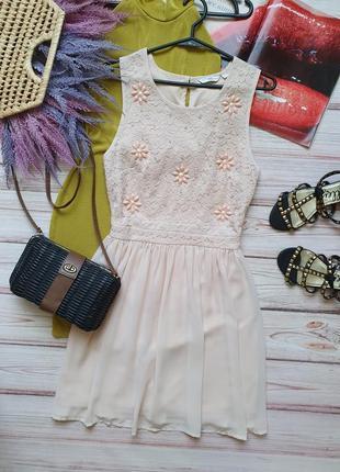 Нежное пудровое шифоновое платье с кружевом и камнями