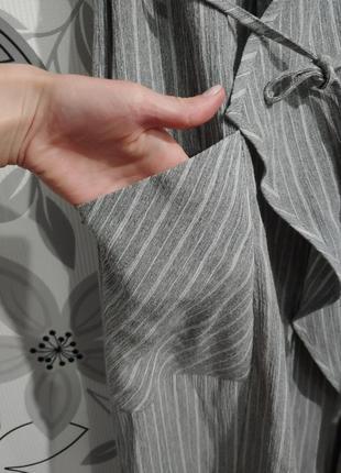 Платье миди жилетка серо-белая полоска с поясом3 фото