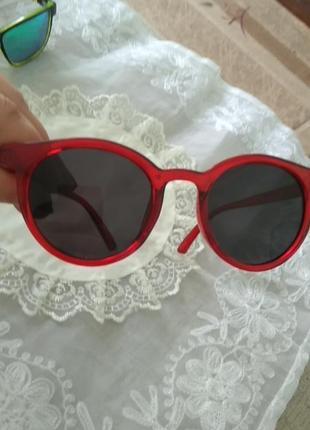 Стильные солнцезащитные очки в цветной оправе вишня