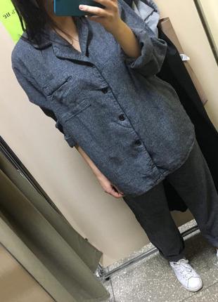 Стильный серый пижамный брючный костюм в пижамном стиле
