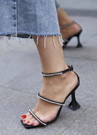 Трендовые босоножки на каблуке рюмочке.
