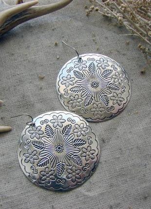 Крупные круглые серьги в стиле бохо этно. цвет серебро