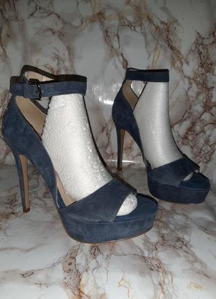 Синие замшевые босоножки на высоком каблуке и толстой подошве