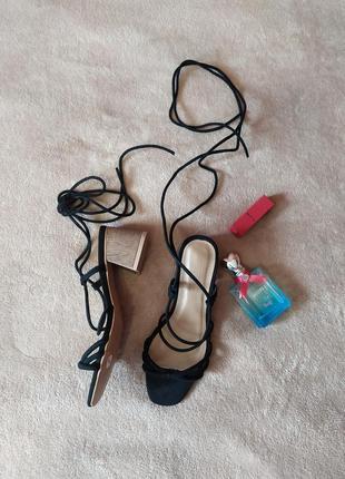 Шикарные женственные босоножки сандалии на толстом каблуке тонкие длинные завязки шлейки