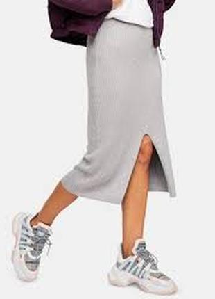 Базовая серая юбка с разрезом не мнется