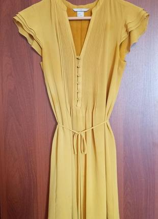 Летнее горчичное платье на пуговицах