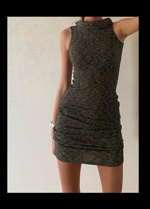 Серое обтягивающее платье футляр мини/миди