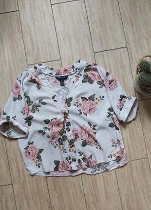 Укороченая нежная  блуза в цветах с модными пуговками new look