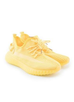 Жёлтые кроссовки.