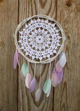 Белый ловец снов с перьями