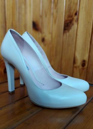 Бежевые туфли bravo moda на каблуке