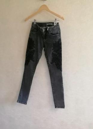 Чёрные джинсы с нашивками