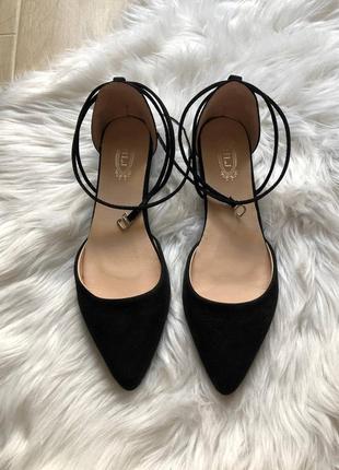 Классические черные туфельки с завязками на низком ходу