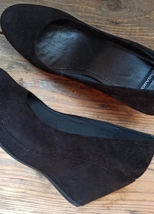 Чёрные замшевые туфли vagabond 41 размер на танкетке