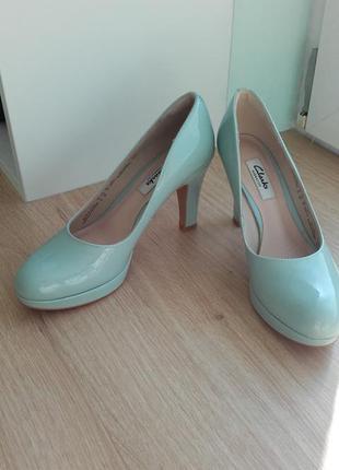 Бирюзовые кожаные туфли на среднем каблуке