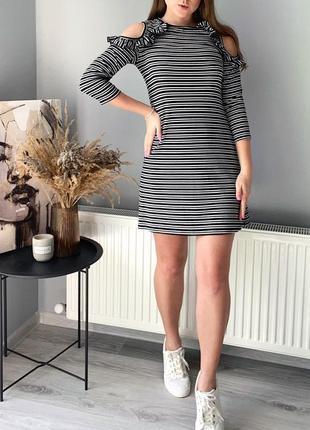 Летнее платье с рюшами и открытыми плечами
